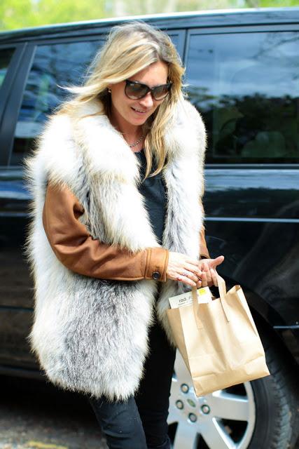 Kate Moss con chaleco de pelos